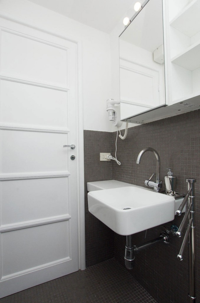 Bagno con asciugacapelli a parete